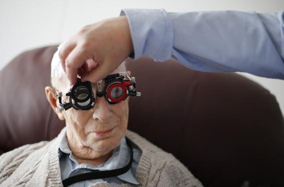 anciano revisando su vista