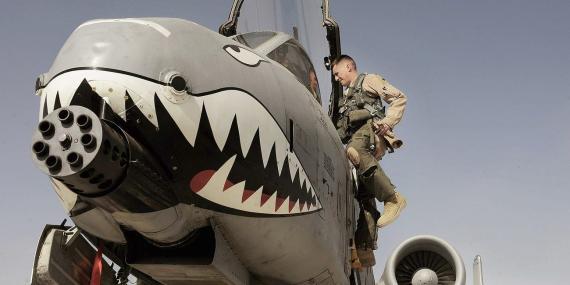 Un avión de ataque A-10 Thunderbolt II con parte de nariz y dientes de tiburón en el aeródromo de Kandahar en Afganistán.