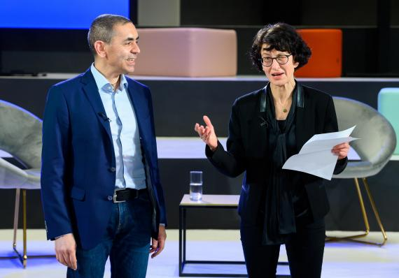 Los fundadores de BioNTech, Ugur Sahin y Oezlem Tuereci, en la ceremonia de entrega del Premio Axel Springer, este año.