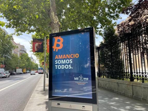 Un cartel publicitario de Bit2Me en una calle de Madrid. Bit2Me