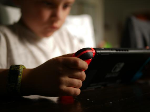 Chico jugando a Nintendo Switch