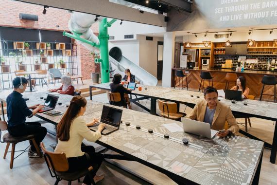 Coworking moderno con espacios abiertos