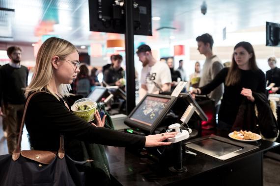 Dos clientas pagando en un restaurante a través del servicio de Fingo. Fingo