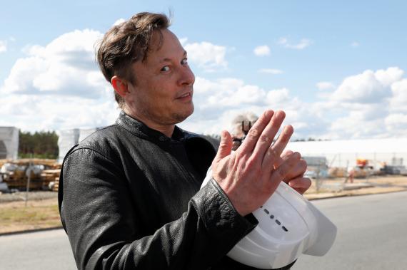 Elon Musk, en las obras de la gigafactoría de Tesla en Gruenheide (Alemania).