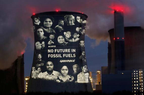 """Activistas de Greenpeace proyectan un lema (""""No hay futuro en los combustibles fósiles"""") en la central de carbón de RWE, en Alemania."""