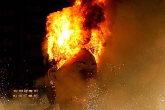 La falla municipal de 'La meditadora' arde durante la noche de la cremá celebrada esta pasada madrugada como colofón de las Fallas de Valencia.