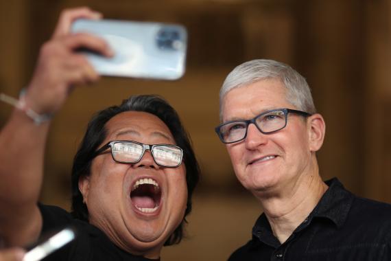 Un fan de Apple junto a Tim Cook