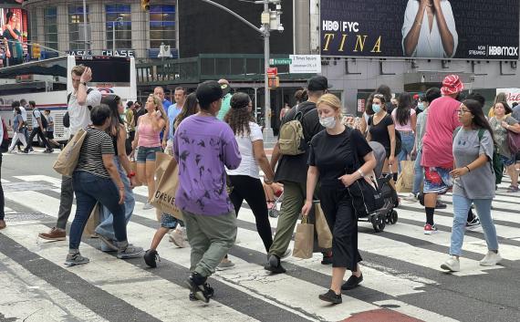 Gente andando por la calle.