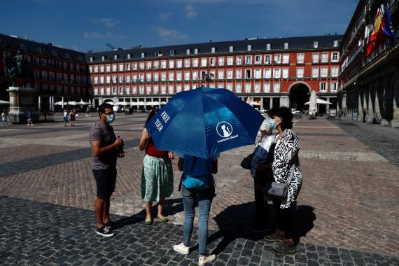 Un guía turístico en la plaza mayor