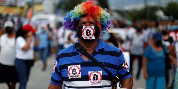 Un hombre protesta por el uso de Bitcoin como moneda legal junto con las reformas para extender el mandato del presidente Nayib Bukele en San Salvador, El Salvador. José Cabezas/Reuters