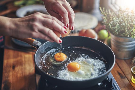 Huevo frito en sartén