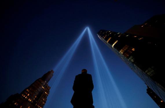 Una persona toma una fotografía durante los actos de homenaje a las víctimas en el 20 aniversario del 11-S.
