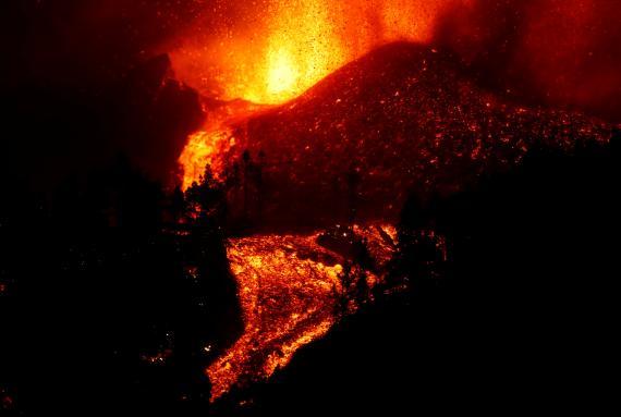 La lava fluye cuesta abajo tras la erupción de un volcán en el parque nacional de Cumbre Vieja en El Paso, en la isla canaria de La Palma.