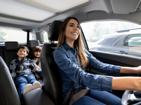Una madre con sus hijos en el coche