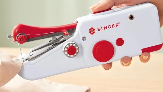 Máquina de coser de mano a la venta en Lidl por 12,99 euros.