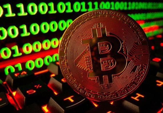 Una moneda de bitcoin sobre un teclado de ordenador.