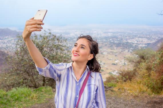 Una mujer se hace un selfie.