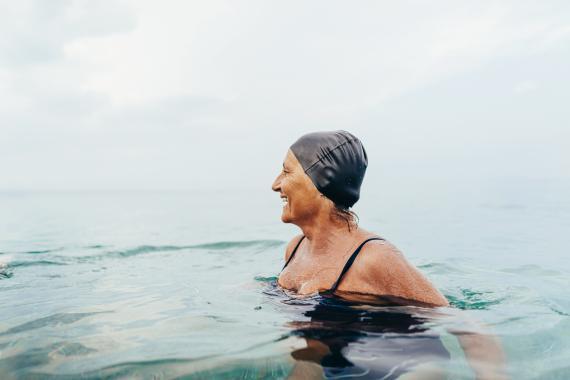 mujer haciendo deporte, nadar