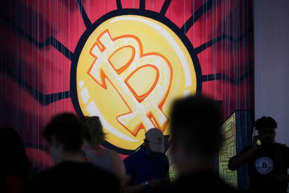 Una obra de arte de bitcoin de Stacey Coon, Anastasia Sultzer y Nanu Berk en la convención Bitcoin 2021. Marco Bello / Getty Images