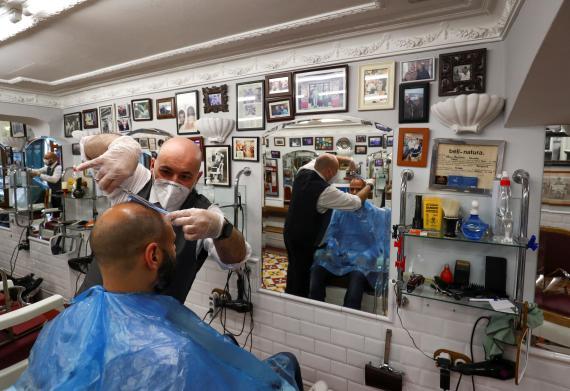 Un peluquero trabajando