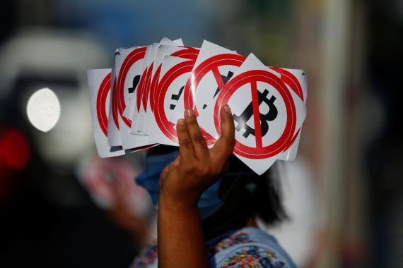 Protestas en El Salvador por la adopción del bitcoin como moneda de curso legal.