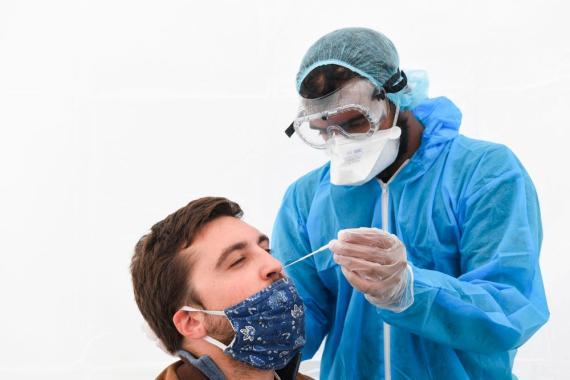 Un sanitario realiza una prueba de PCR en Montreuil (Francia) el 31 de agosto de 2020.