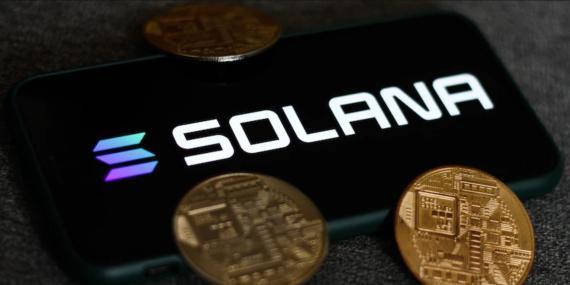 Solana, una de las altcoins que está soportando la caída en el mercado de criptomonedas. Nurphoto