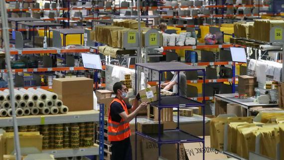 Un trabajador coloca un paquete en un hub logístico de Yandex