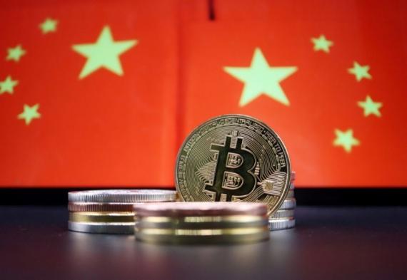 Varias criptomonedas junto a la bandera de China.
