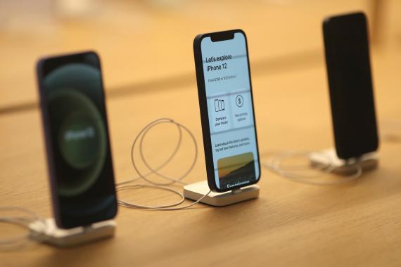 Varios iPhone 12 en una Apple Store
