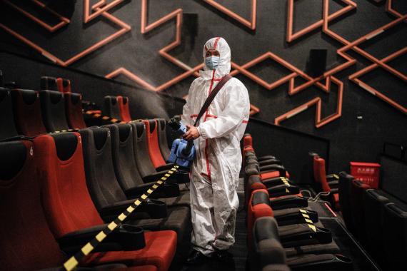 Un cine en Wuhan es desinfectado mientras la zona se mueve para reabrir durante la pandemia de COVID-19 el 20 de julio de 2020.
