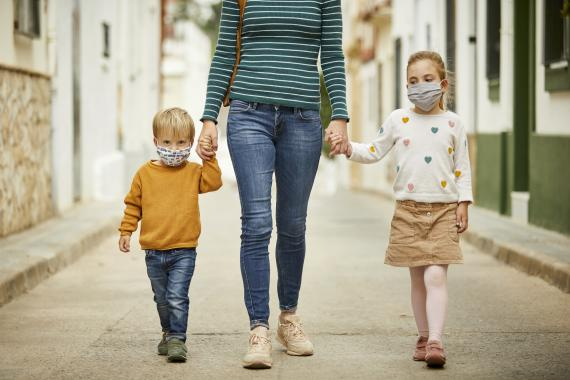 familia, niños caminando calle