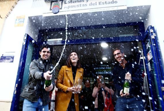 Ganadores de lotería lo celebran