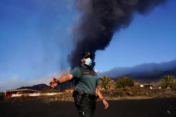 Un Guardia Civil en las zonas desalojadas por el volcán de Cumbre Vieja, en La Palma.