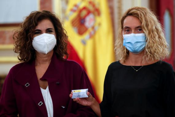 La ministra de Hacienda, María Jesús Montero, junto a la presidenta del Congreso de los Diputados, Meritxell Batet.
