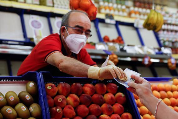 Una mujer compra en un mercado