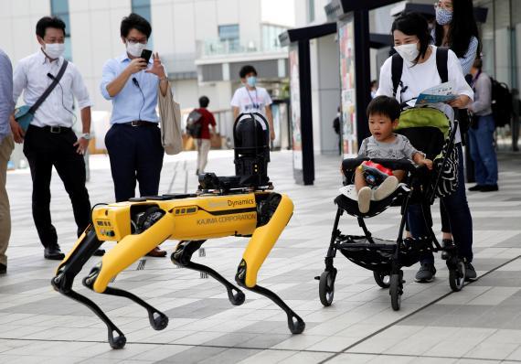 Un robot de Boston Dynamics con un niño