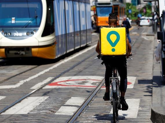 Un repartidor de Glovo en bicicleta