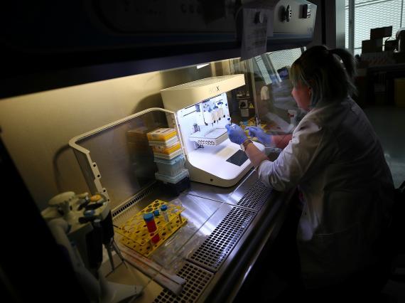 Una investigadora de un laboratorio de impresión 3D en Munich