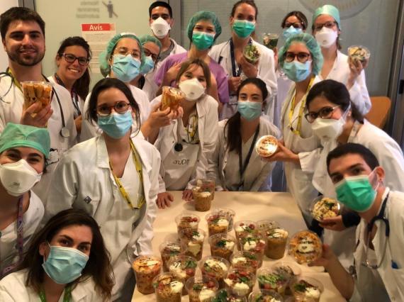 Un equipo de sanitarios con los paquetes de comida de Nora Real Food