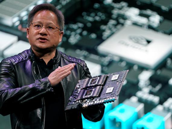 Jensen Huang, CEO de Nvidia, muestra la plataforma Drive Pegasus durante el CES 2018