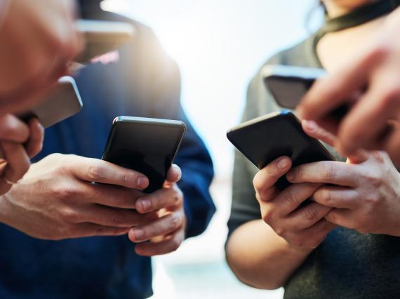Manos con móviles