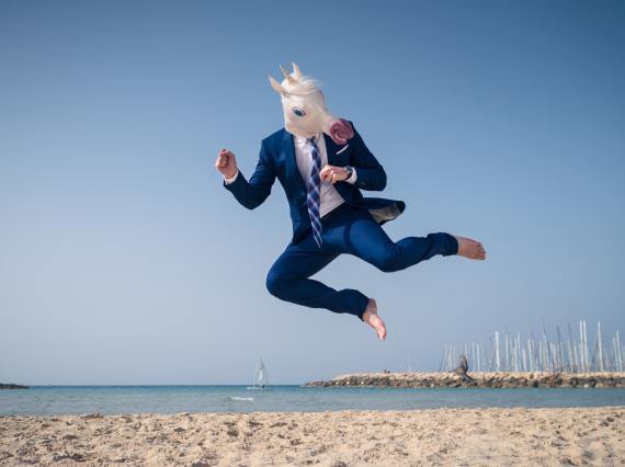 Empresario con máscara de unicornio.