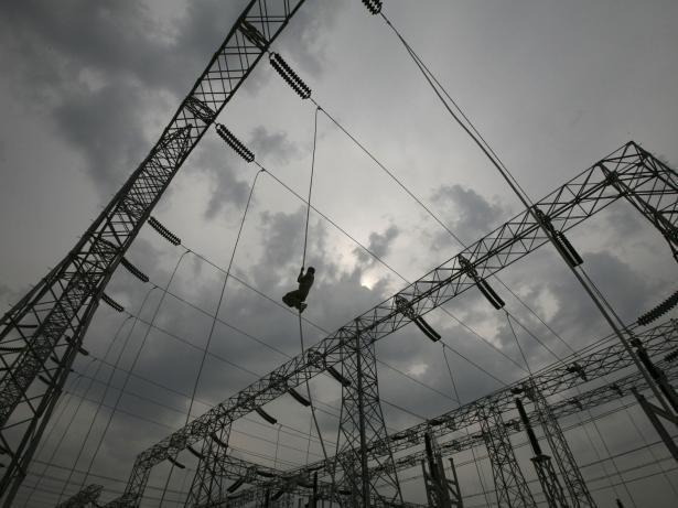 Trabajador planta electricidad