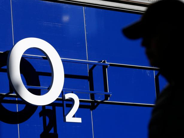 Un hombre pasa ante una tienda de O2 en Manchester (Reino Unido)