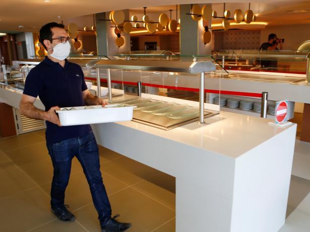 Un trabajador de un hotel de Palma de Mallorca prepara el servicio de comidas