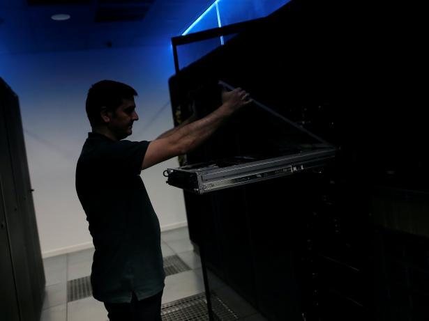 Técnico en un centro de datos.