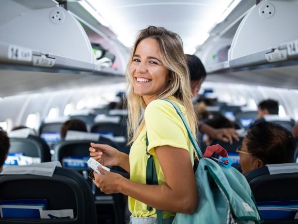 Mujer en un avión.