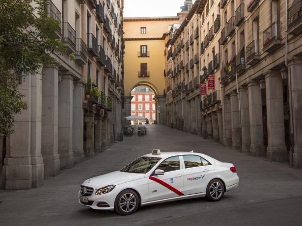 Taxi con el logotipo de Free Now en Madrid