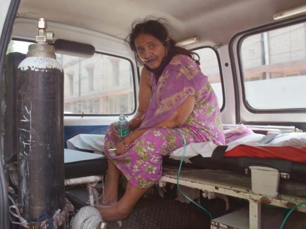 Una mujer recibe atención médica por COVID-19 en la India
